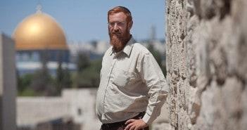 יהודה גליק על רקע כיפת הסלע בעיר העתיקה בירושלים  צילום : אמיל סלמן