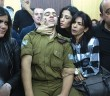 Israeli soldier Elor Azaria (C), who shot dead a wounded Palestinian assailant, sits with his family as he awaits for the verdict in his case at the military court in Tel Aviv on January 4, 2017.  Azaria, has been on trial for manslaughter in a military court since May, with right-wing politicians defending him despite top army brass harshly condemning the killing.  / AFP PHOTO / POOL / HEIDI LEVINE