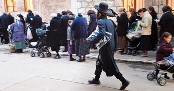 רחוב ב שכונת מאה שערים גבר ליד קבוצת נשים  דת יהודית חרדים חסידים גברים נשים 2012