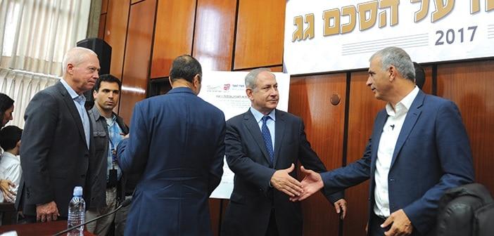 בנימין נתניהו חתימת הסכם גג היום בעיריית עכו צילום רמי שלוש משה כחלון יואב גלנט  שמעון לנקרי , ראש עיריית עכו