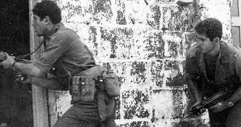 """נתניהו באימון סיירת מטכ""""ל, תחילת שנות ה-70. צילום: אוסף משפחת נתניהו, לע""""מ"""